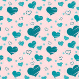 Teste padrão sem emenda com os corações azuis colocados aleatoriamente no fundo cor-de-rosa Enchido com os cursos da escova e som Imagens de Stock