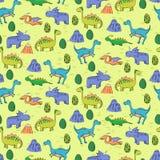 Teste padrão sem emenda com os dinossauros bonitos diferentes, mountauns Imagens de Stock Royalty Free
