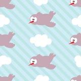 Teste padrão sem emenda com os pássaros nas nuvens em fundo listrado Fotos de Stock Royalty Free
