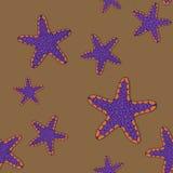 Teste padrão sem emenda com os peixes do mar violetas e alaranjados em um fundo arenoso ilustração royalty free