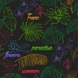 Teste padrão sem emenda com plantas tropicais e flores no fundo escuro Fotografia de Stock Royalty Free