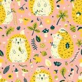 Teste padrão sem emenda com um ouriço bonito entre as folhas, os cones, as bagas, as flores e os cogumelos Imagem de Stock