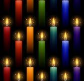 Teste padr?o sem emenda com velas ardentes do arco-?ris em um fundo escuro Textura do vetor ilustração stock
