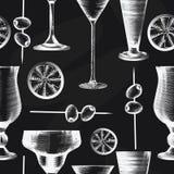 Teste padrão sem emenda com vidros de cocktail, azeitonas, citrino no fundo preto Estilo gravado Placa de giz ilustração stock