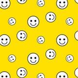 Teste padrão sem emenda da cara amarela do sorriso imagem de stock royalty free