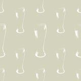 Teste padrão sem emenda da silhueta do vidro de cerveja Imagens de Stock Royalty Free