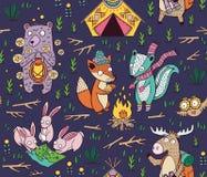 Teste padrão sem emenda de acampamento tirado mão com personagens de banda desenhada ilustração stock