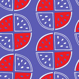 Teste padrão sem emenda de fatias da melancia em um fundo roxo Imagem de Stock