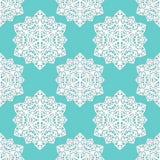 Teste padrão sem emenda de flocos de neve laçado do sumário do papel do entalhe no fundo azul Imagem de Stock
