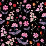Teste padrão sem emenda do bordado com as flores selvagens diferentes Ornamento floral do vetor no fundo preto Ponto de cetim ilustração stock
