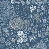 Teste padrão sem emenda do mar-oceano com peixes, corais, calamares, conchas do mar etc. Fundo tirado mão ilustração royalty free