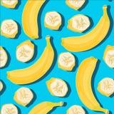 Teste padrão sem emenda do verão mínimo na moda com a banana inteira, cortada do fruto fresco no fundo da cor Fotografia de Stock Royalty Free