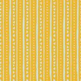 Teste padrão sem emenda do vetor com listras e triângulos handdrawn Listras azuis e triângulos tirados mão no fundo amarelo ilustração stock