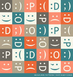 Teste padrão sem emenda do vetor com símbolos do texto dos emoticons Imagem de Stock