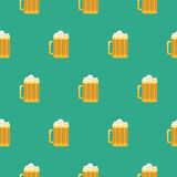 Teste padrão sem emenda do vetor do vidro de cerveja Imagem de Stock Royalty Free