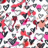 Teste padrão sem emenda dos corações do vetor Ícones do coração da tinta e fundo esboçados preto e branco das manchas da aquarela Fotos de Stock Royalty Free