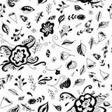 Teste padrão sem emenda floral com as flores desenhadas mão Pode ser usado para o papel de parede, matérias têxteis, envolver, ca Imagens de Stock