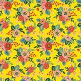 Teste padrão sem emenda floral em um fundo amarelo Fotos de Stock Royalty Free