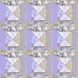 Teste padrão sem emenda - o fundo de mármore violeta geométrico com ouro apara Fotos de Stock Royalty Free