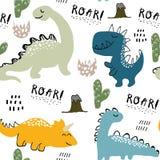 Teste padrão sem emenda para a roupa da forma, tela do dinossauro criançola, camisas de t Vetor tirado mão com rotulação fotografia de stock royalty free