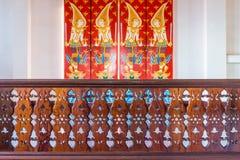 Teste padrão tailandês do vintage e projeto perfurado no corrimão de madeira Fotos de Stock