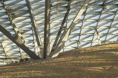 Teste padrão triangular do vidro transparente de um telhado moderno Raios do sol da noite imagem de stock