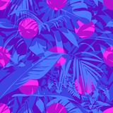 Teste padrão tropical havaiano ultravioleta sem emenda com, folhas de palmeira e flores Fotos de Stock Royalty Free