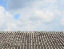 Teste padrão velho da telha de telhado sobre o céu Imagens de Stock Royalty Free