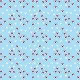 Teste padrão vermelho e branco da forma do coração no fundo azul macio Imagem de Stock Royalty Free