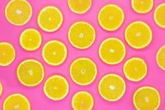 Teste padr?o colorido do fruto de fatias alaranjadas frescas no fundo cor-de-rosa foto de stock royalty free
