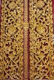 Teste padrão antigo da arte na porta de madeira no templo tailandês Fotos de Stock Royalty Free