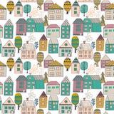 Teste padrão bonito dos desenhos animados com casas e as árvores minúsculas Entregue o ornamento sem emenda tirado com a cidade t Foto de Stock Royalty Free