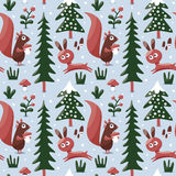 Teste padrão bonito sem emenda do inverno feito com esquilo, coelho, cogumelo, arbustos, plantas, neve, árvore Fotografia de Stock Royalty Free