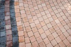 Teste padrão da passagem pequena do bloco do tijolo no jardim Fotos de Stock Royalty Free
