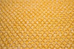 Teste padrão feito malha amarelo Foto de Stock