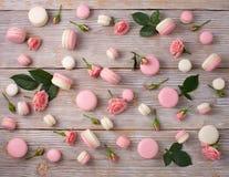 Teste padrão francês dos macarons da sobremesa com flor cor-de-rosa Foto de Stock