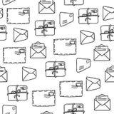 Teste padrão sem emenda com os envelopes sobre o fundo branco Foto de Stock Royalty Free