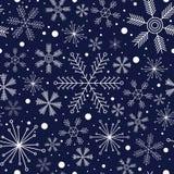 Teste padrão sem emenda do inverno com os flocos de neve diferentes na obscuridade - fundo azul Fotografia de Stock Royalty Free
