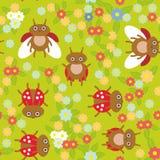 Teste padrão sem emenda dos joaninhas engraçados dos insetos no fundo verde com flores e folhas Vetor Imagens de Stock