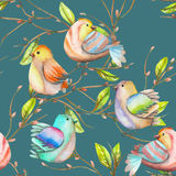Teste padrão sem emenda dos pássaros da aquarela nos ramos, mão tirada em uma obscuridade - fundo azul Fotos de Stock Royalty Free