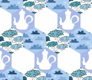 Teste padrão sem emenda dos retalhos com bules e nuvens em tons azuis Imagens de Stock Royalty Free