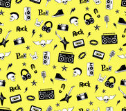 Teste padrão sem emenda Música do punk rock no fundo amarelo Rabiscar elementos, emblemas, crachás, logotipo e ícones do estilo Imagem de Stock Royalty Free