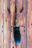 Teste utilizzate del cacciavite su fondo di legno Fotografie Stock Libere da Diritti