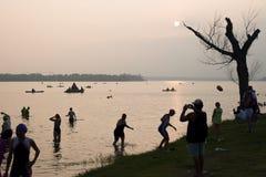 Testend het water kort na dageraad vóór een triatlon Royalty-vrije Stock Foto