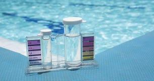 Testende de testuitrusting van het poolwater, Zwembadzorg stock afbeelding