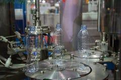 Testende de verpakkingsmachine van de Waterfles stock afbeelding