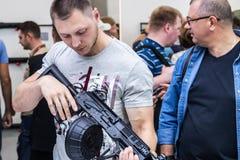 testes de armas modernas e de armamentos imagens de stock
