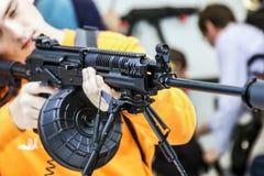 Testes de armas modernas e de armamentos em mil. internacional fotografia de stock