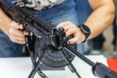 Testes de armas modernas e de armamentos em mil. internacional foto de stock royalty free