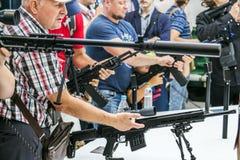 Testes de armas modernas e de armamentos em mil. internacional imagens de stock royalty free